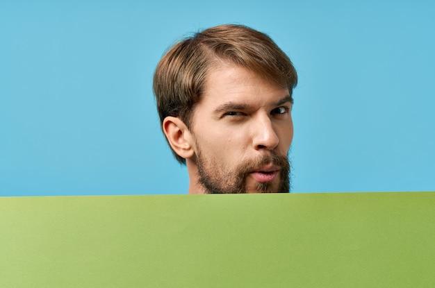 手でひげを生やした男の緑のバナー空白シート孤立した背景