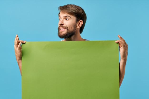 手空白シート孤立した背景のひげを生やした男の緑のバナー
