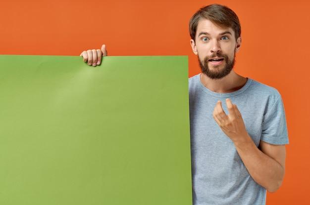 ひげを生やした男の緑のモックアップポスター割引スタジオライフスタイル