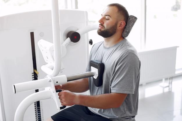 Uomo barbuto avente la riabilitazione dopo un infortunio in clinica di fisioterapia