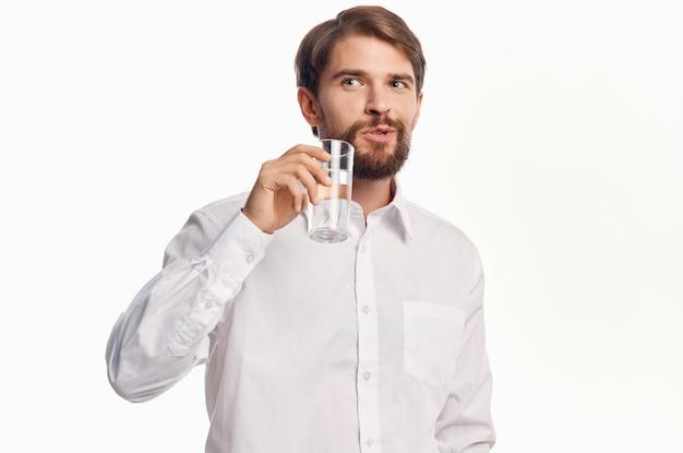 Бородатый мужчина здравоохранения чистой воды светлый фон