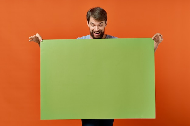 緑のバナーデザインの孤立した背景を保持しているひげを生やした男