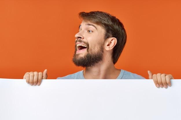 モックアップポスター割引孤立した背景を保持しているひげを生やした男