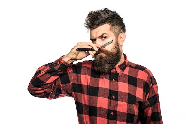 ビンテージのかみそりを保持しているひげを生やした男。