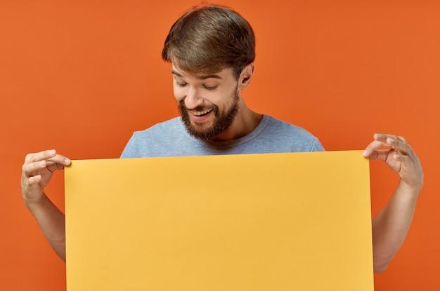 黄色のバナーデザインの孤立した背景を保持しているひげを生やした男