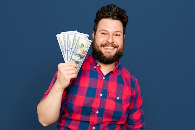 Uomo barbuto che tiene banconote in dollari per la campagna di risparmio finanziario
