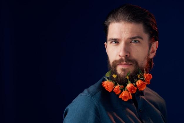 Бородатый мужчина держит цветы украшения романтика роскошный темный фон.