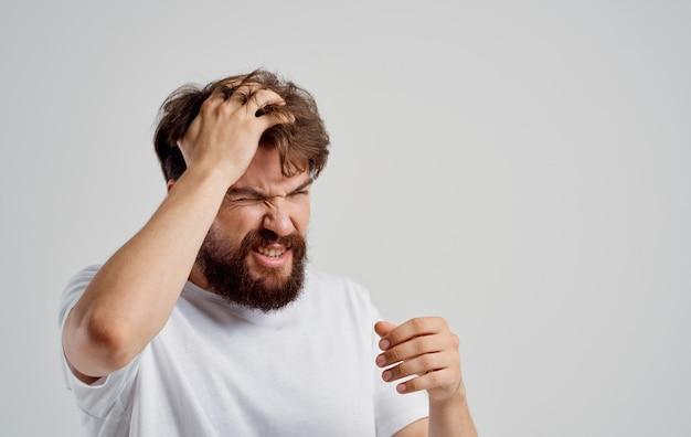 그의 머리 불만 편두통 건강 문제를 들고 수염 난된 남자