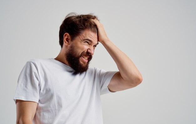 그의 머리 불만 편두통 건강 문제를 들고 수염 난된 남자.