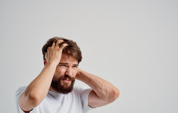 그의 머리 감정 라이프 스타일 건강 문제 불만을 잡고 수염 난된 남자.