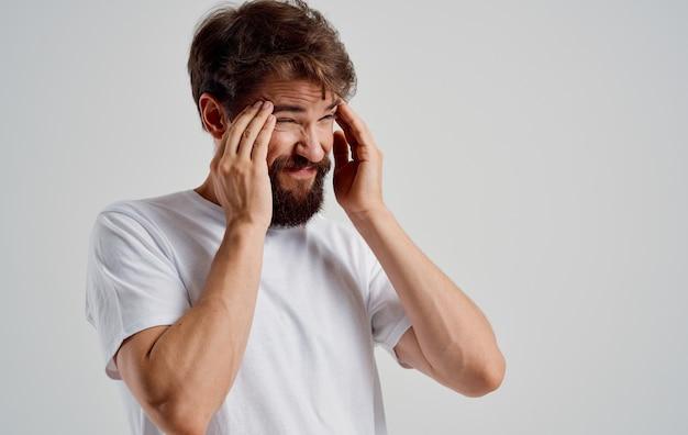 그의 머리 통증 건강 문제 클로즈업을 들고 수염 된 남자.