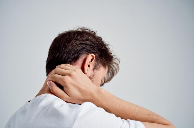 Бородатый мужчина держит лечение артрита шеи проблемы со здоровьем студия лечения