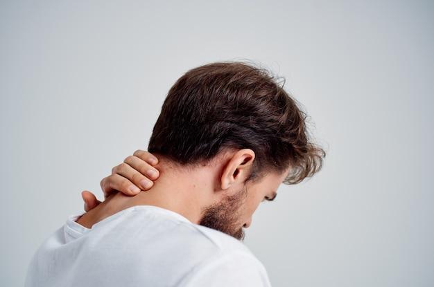 首関節炎の健康問題スタジオ治療を保持しているひげを生やした男