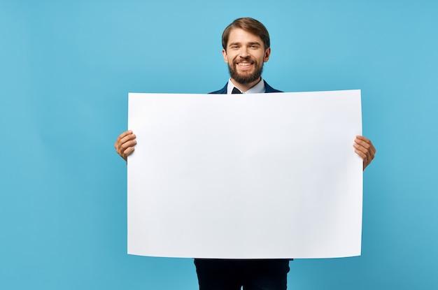 Бородатый мужчина держит белый макет плакат копия пространства синий фон