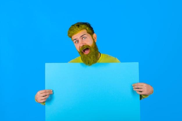 수염 난 남자는 광고 게시판 광고 및 판매 매진 온라인 쇼핑 광고 배너를 보유하고 있습니다.