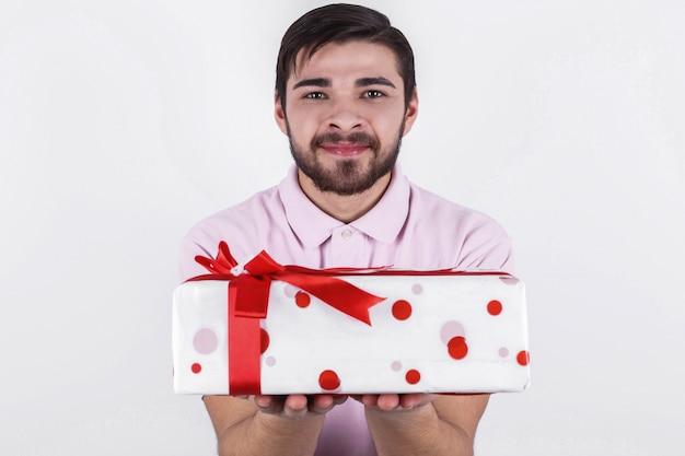 ひげ男は赤いリボンで白い箱を持っています