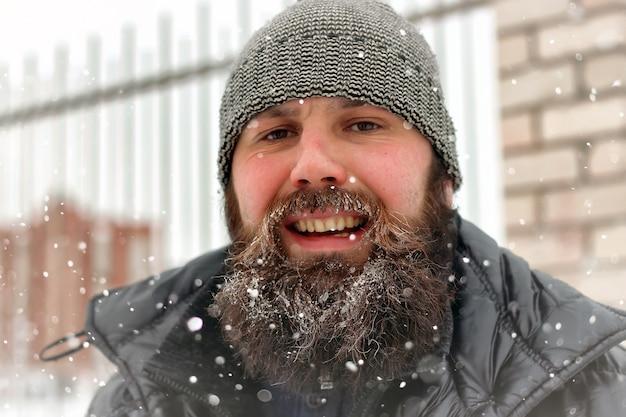 수염 난 남자 얼음 눈 겨울