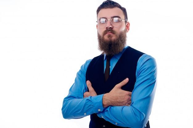 白い背景の上のビジネススーツのひげを生やした男