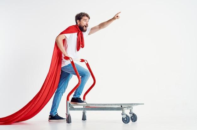 ボックスライトの背景に赤いマント輸送のひげを生やした男
