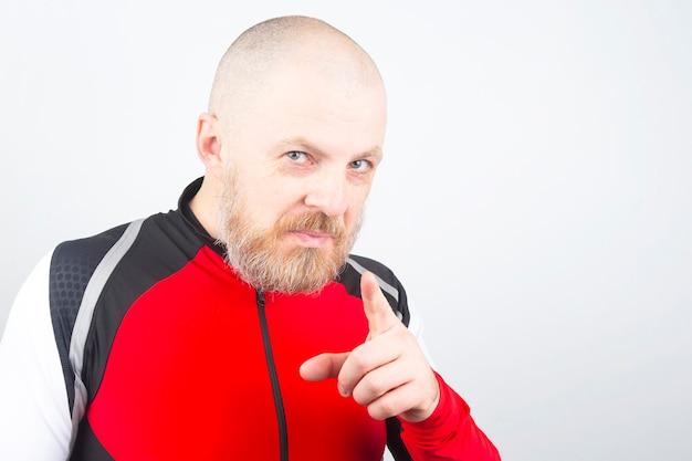 검지 손가락으로 스포츠 스웨터에 수염 난된 남자