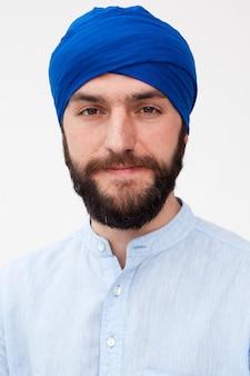 Бородатый мужчина в тюрбане