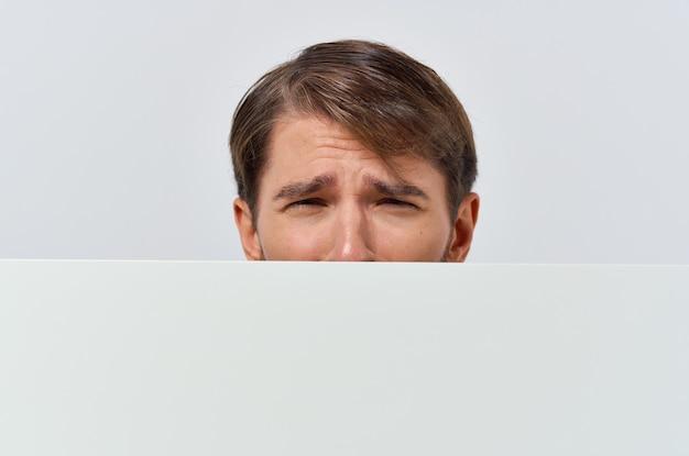 白いtシャツのモーションキャプチャポスター割引広告コピースペーススタジオでひげを生やした男。高品質の写真