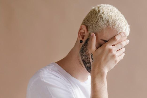 白いtシャツのひげを生やした男
