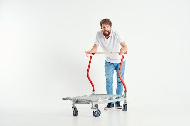 ボックスライトの背景に白いtシャツの輸送でひげを生やした男