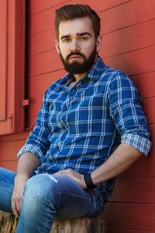 市松模様のシャツのひげを生やした男