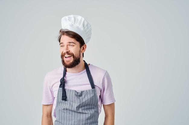 彼の手料理の専門家と身振りで示すシェフの制服を着たひげを生やした男