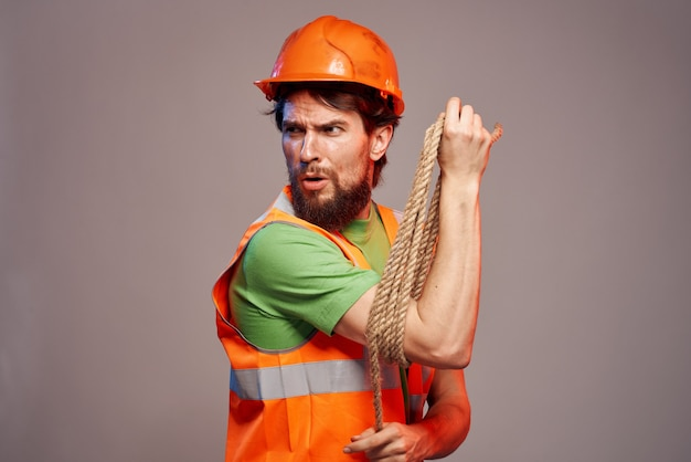 勤勉な職業の建設制服のひげを生やした男