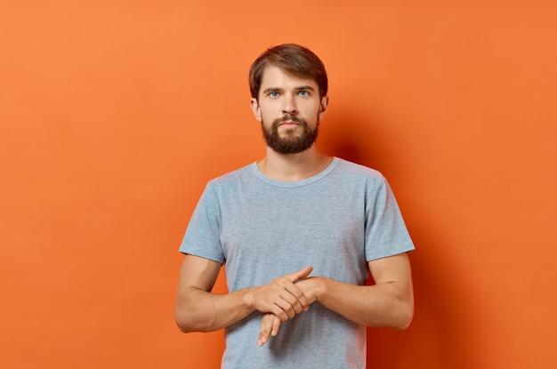 회색 t- 셔츠 라이프 스타일 스튜디오 고립에서 수염 된 남자