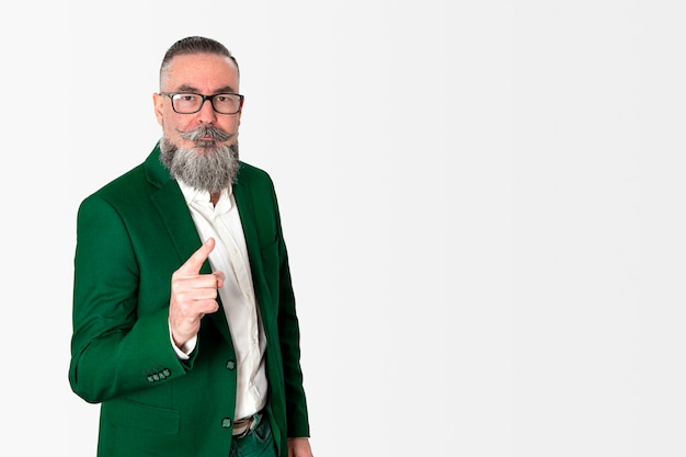 Бородатый мужчина в зеленой куртке и очках, стоя изолированные
