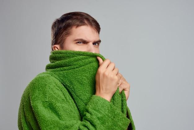 녹색 가운 고립 된 배경 라이프 스타일 스튜디오에서 수염 난된 남자
