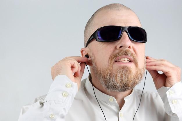 헤드폰에 수염 난된 남자가 음악을 듣는