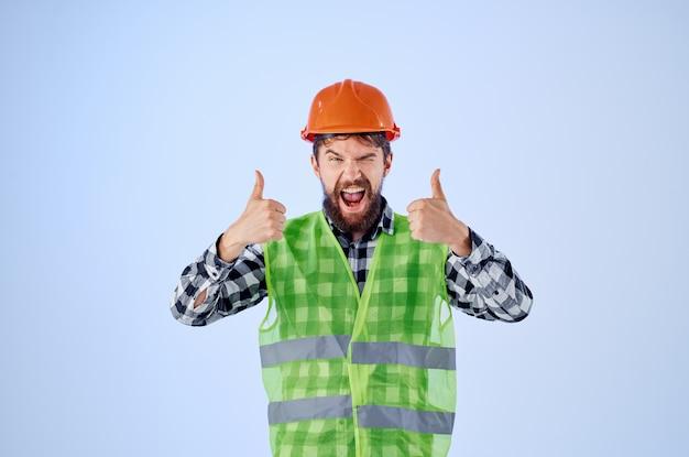オレンジ色のハード帽子建設専門家の孤立した背景のひげを生やした男