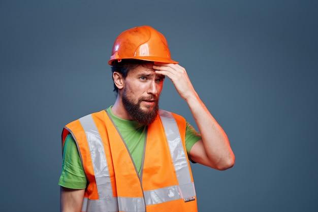 주황색 페인트 건설 안전 열심히에 수염 된 남자