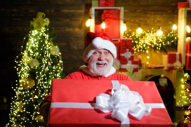Бородатый мужчина в костюме санта-клауса со службой доставки рождественских подарков улыбается санта-клаус проводит рождество