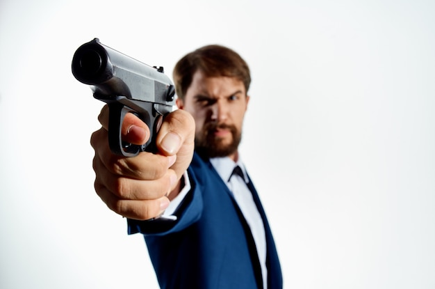 정장 총에 수염 난된 남자가 살인자 살인 빛을 닫습니다.