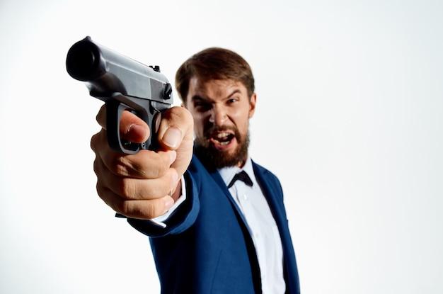 총에 수염 난된 남자 살인자 살인 빛을 닫습니다