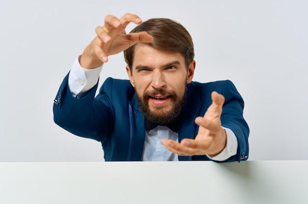Бородатый мужчина в костюме белый мокап плакат скидка реклама изолированный фон