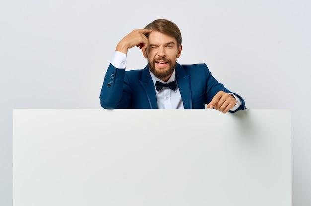 スーツのひげを生やした男白いモーションキャプチャポスター割引広告孤立した背景