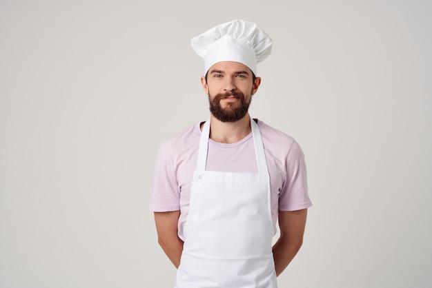 Бородатый мужчина в белом фартуке кухня кулинария ресторан