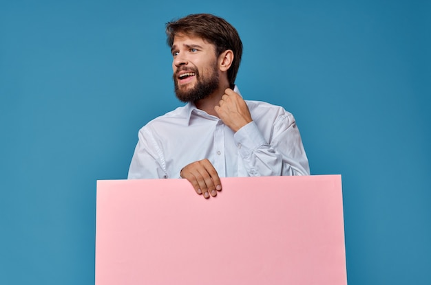 Бородатый мужчина в белой рубашке розовый макет презентации рекламы