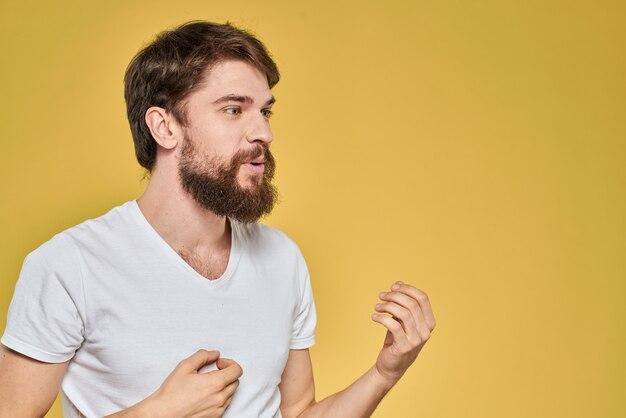 Бородатый мужчина в белой футболке эмоции крупным планом изолированные