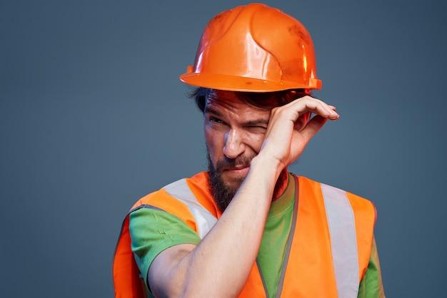 작업 유니폼 건설 전문 수염 난된 남자보기를 잘립니다. 고품질 사진