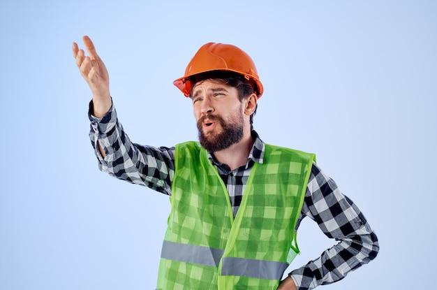制服建設の建物の職業の孤立した背景で作業中のひげを生やした男