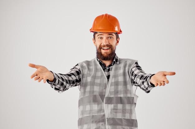 制服建設ビルの職業スタジオで働くひげを生やした男