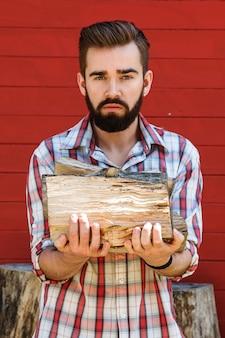 ひげを生やした男はfireを保持しています。