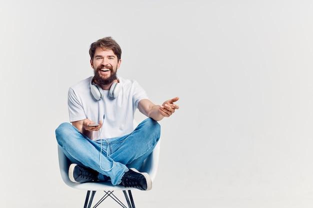 ヘッドフォンエンターテインメントで音楽を聴くひげを生やした男